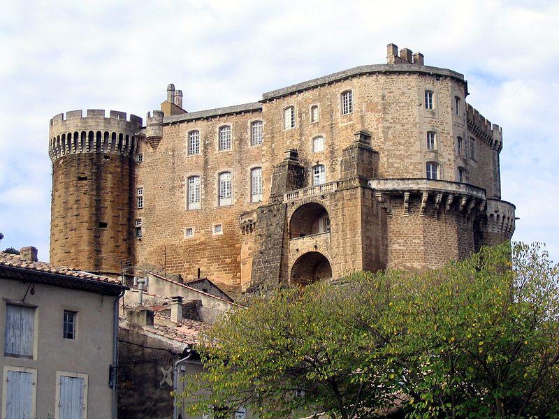 Château de Suze-la-Rousse en Drôme provençale