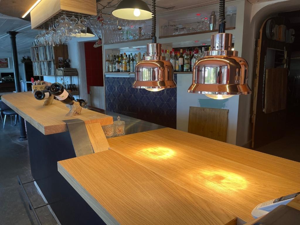 Comptoir du bar Chez Mon Jules, en Drôme provençale